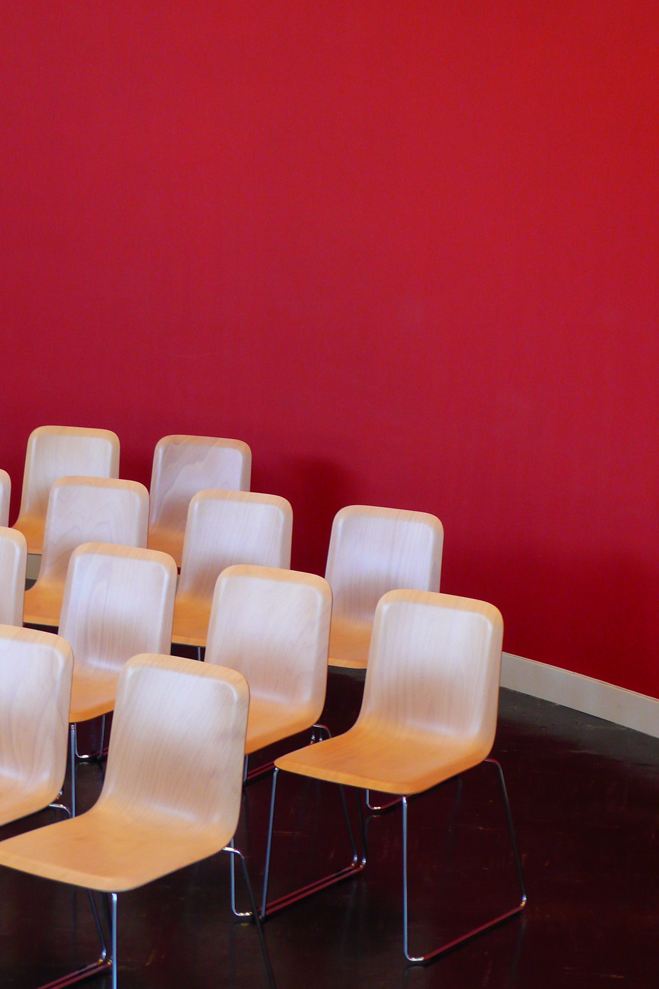 stoelen en rode muur